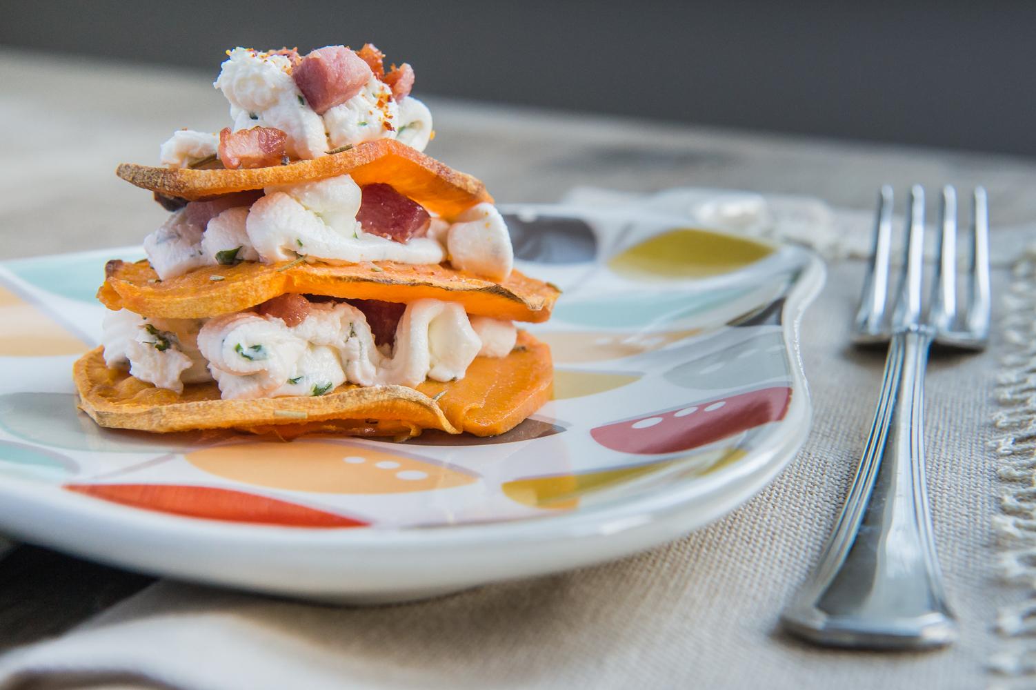 Torre di patate dolci, formaggio fresco e pancetta affumicata