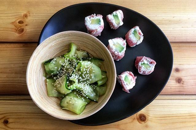Roll di crudo e avocado con insalata giapponese di cetrioli