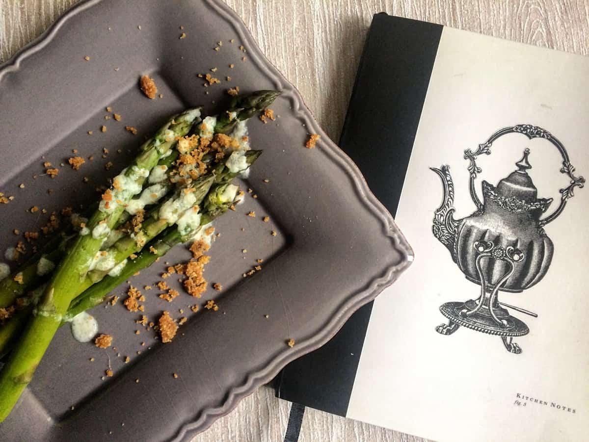 Asparagi con salsa al pecorino e briciole gustose alle alici