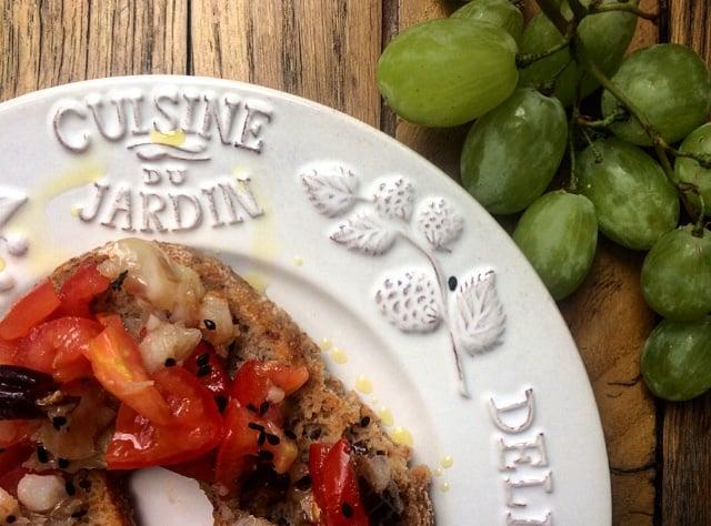 Friselle con merluzzo, pomodori ed olive taggiasche