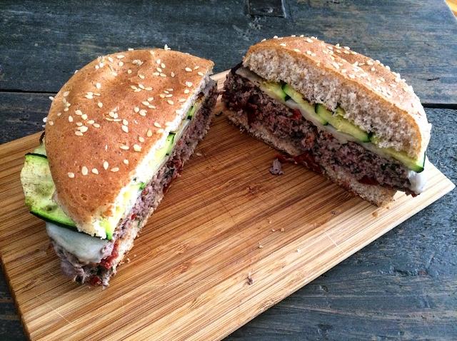 Hamburger con pomodorini secchi, provola e zucchine grigliate